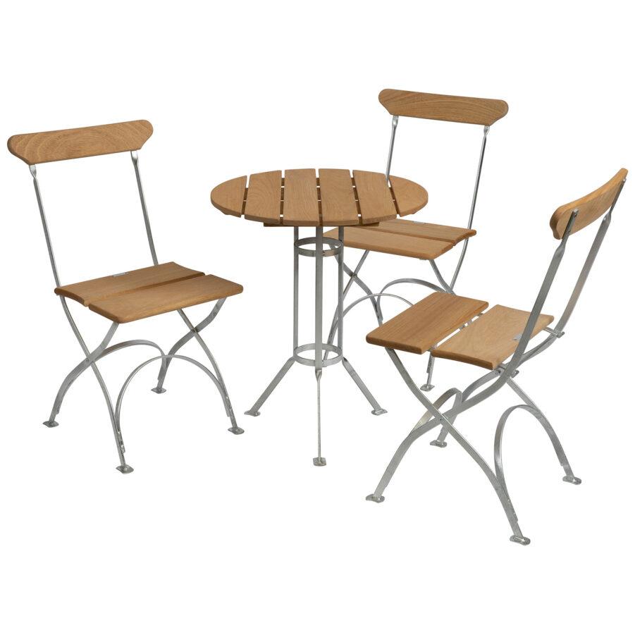 Bryggerigrupp i oljad ek med tre stolar.