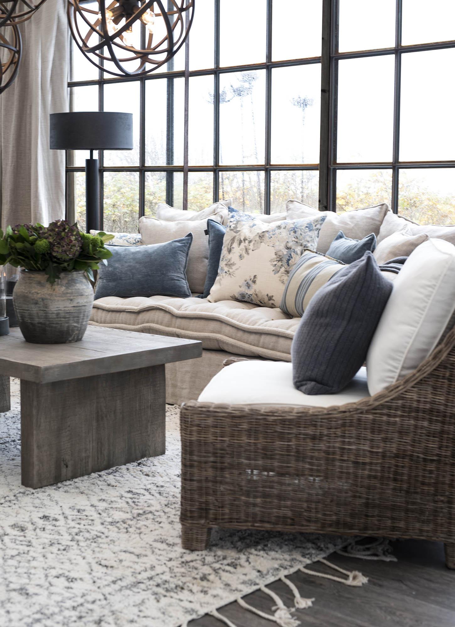 Miljöbild av Madison lounge fåtölj och Pllint soffbord.