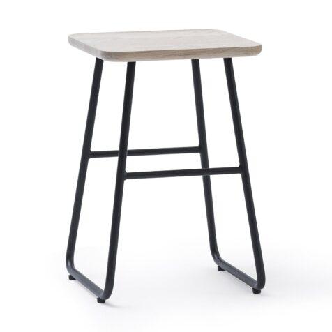 """Vitlaserat sängbord från Jensen med pulverlackat stativ """"Add On Floor""""."""