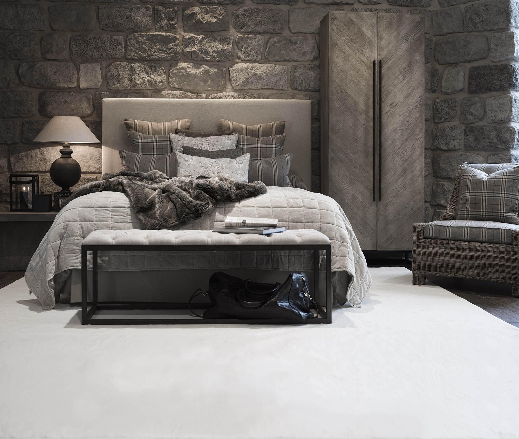 Sovrum med vit Classy matta och säng med sänggaveln Dublin. Skåpet på bilden heter Vancouver och bänken Cayo.