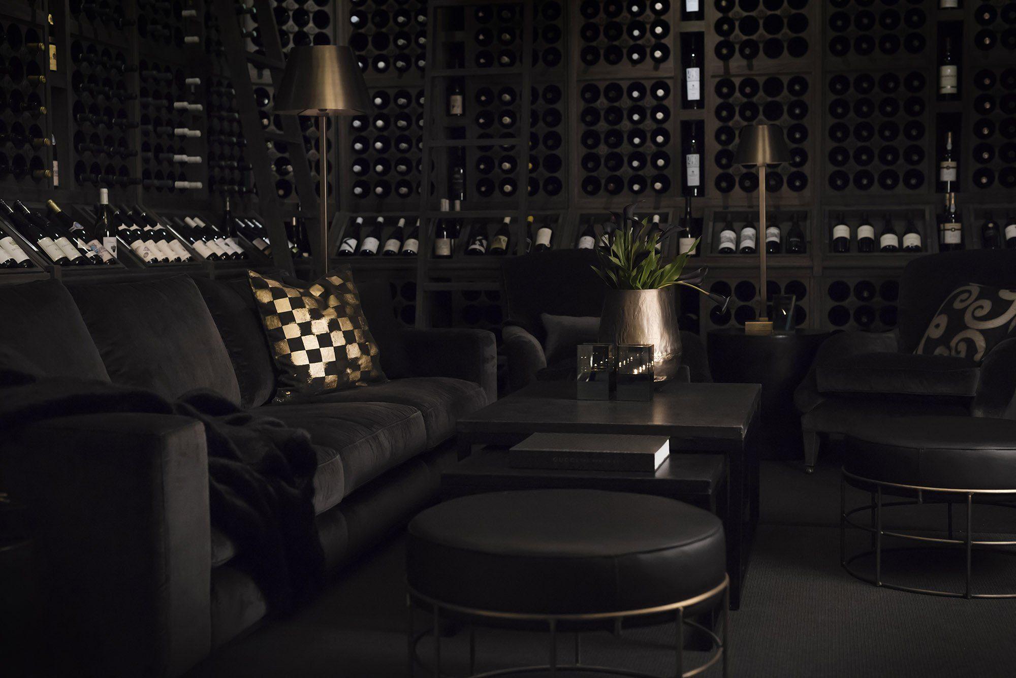 Miljöbild på soffa Senna med soffbordet Toshu i betong,pallen Rosa, och golvlampan Graz.