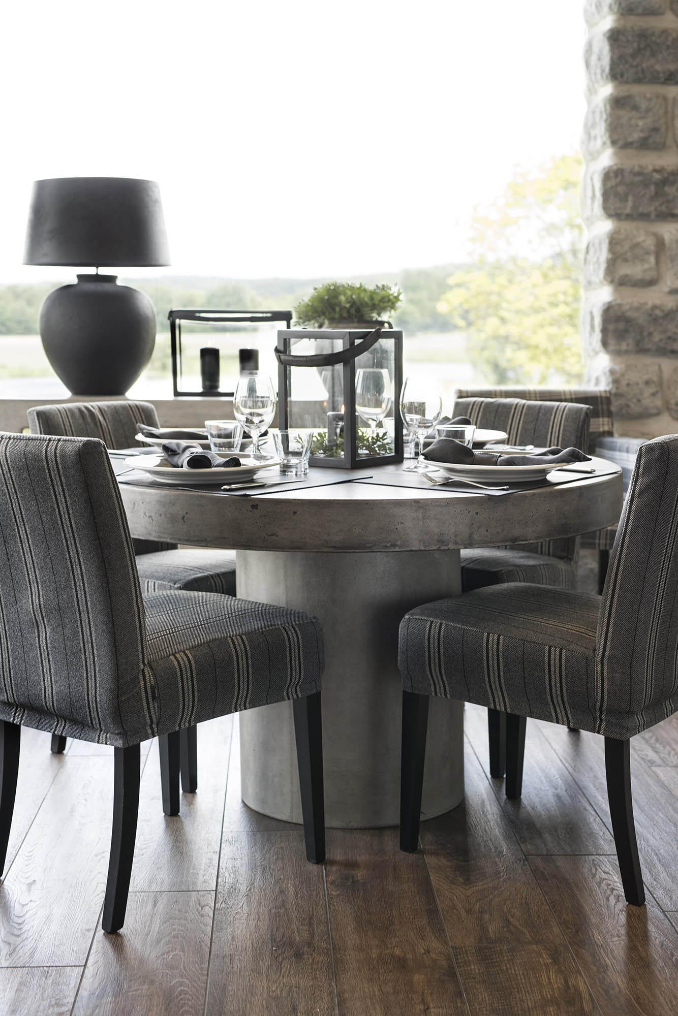 Matgrupp med Regent soffbord och Boston stolar från Artwood.
