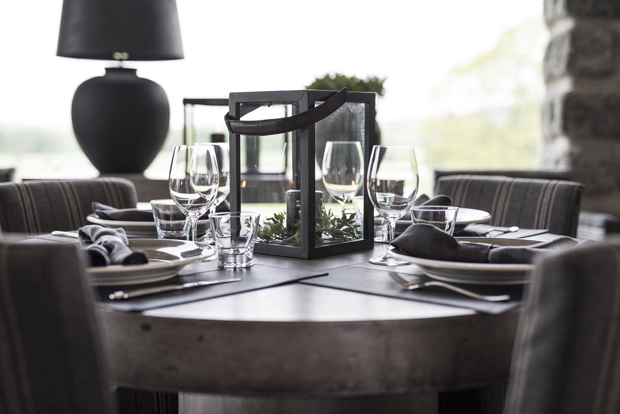 Regent matbord i betong med en ljuslykta från ARtwood.