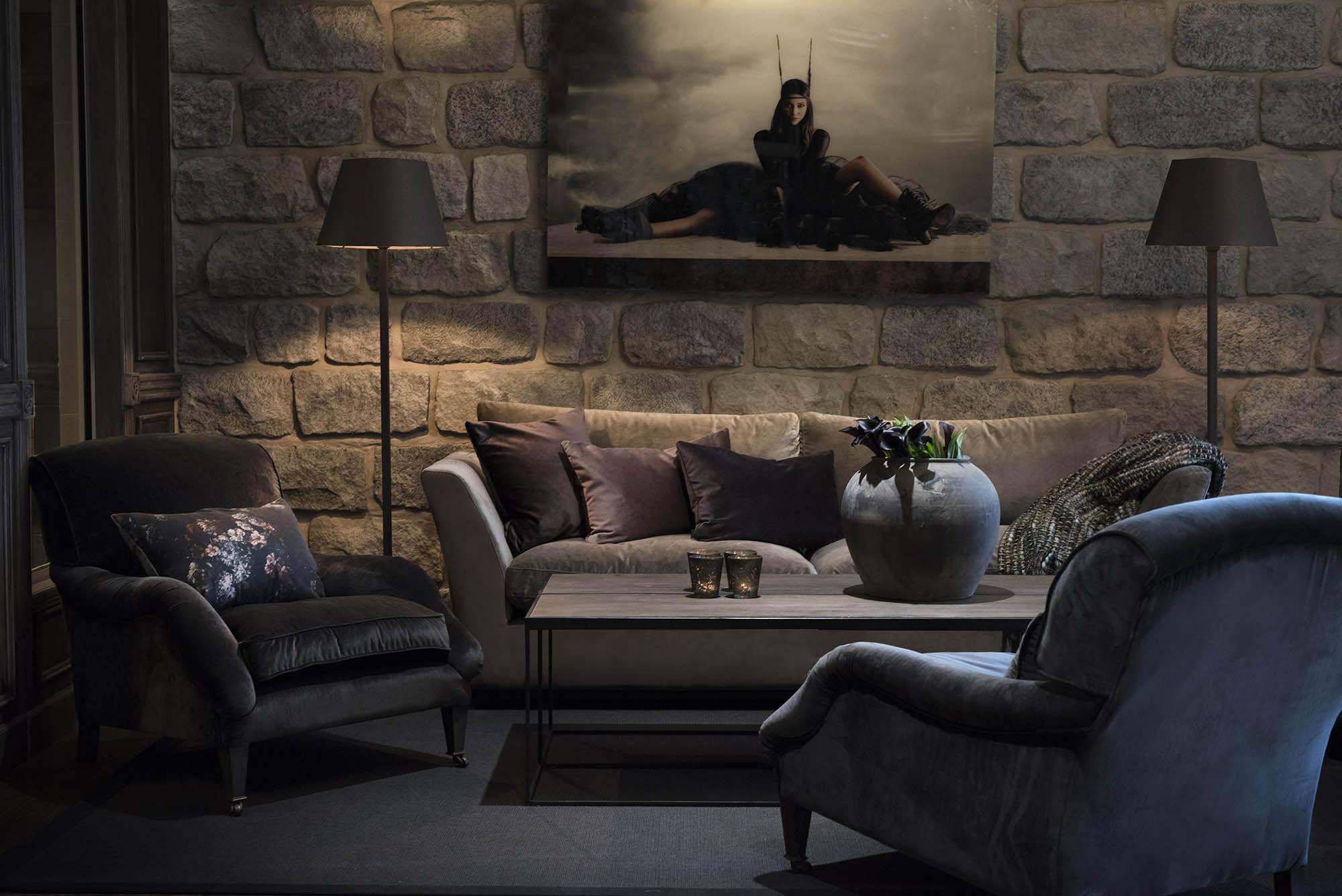 Miljöbild på New Soho soffa, Winstonfåtöljer, Magazine soffbord och Gras golvlampa från Artwood.