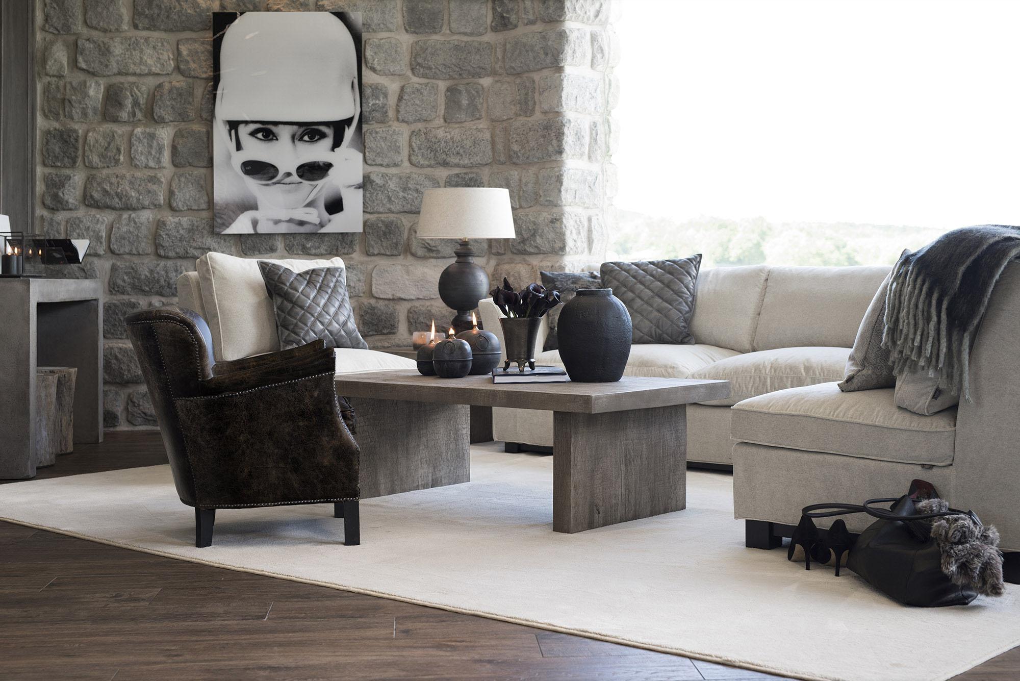 Miljöbild på soffgrupp från Artwood med soffan New Soho, fåtöljerna Midtown och Professor, soffbordet Plint. på bilden finns även en matta som heter Classy och en bordslampa som heter Lazio.