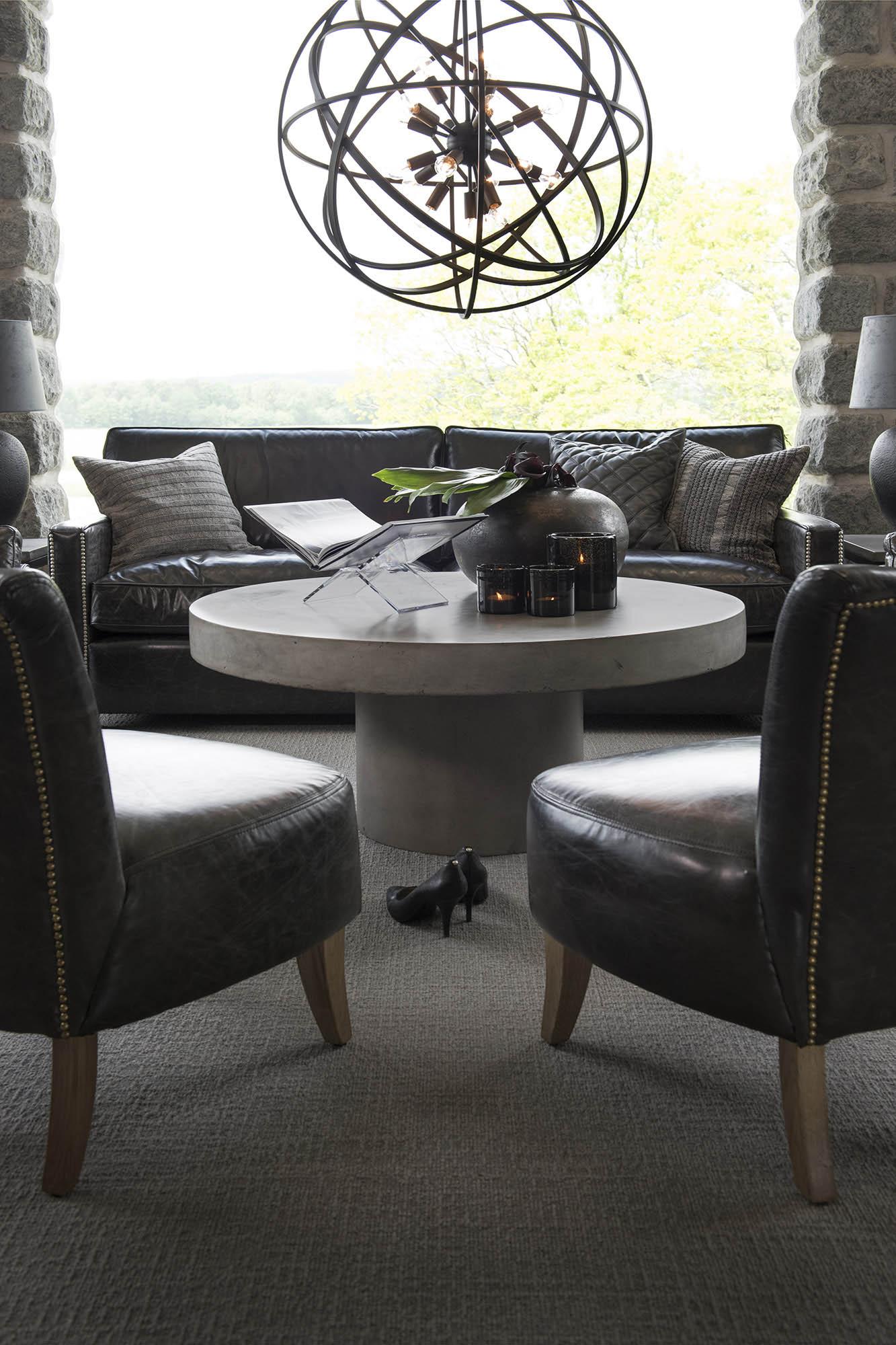 Soffgrupp från Artwood med Mere fåtölj, Viscount soffa, Regent soffbord och Nest taklampa.