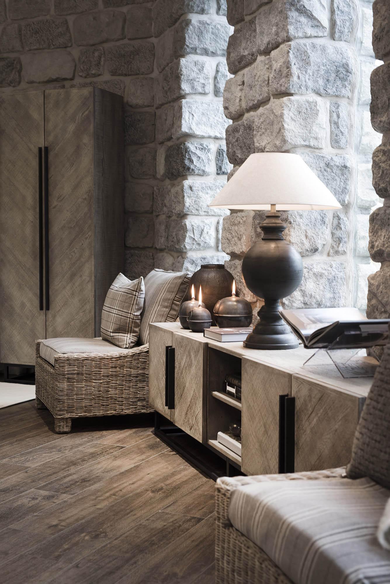 Miljöbild på sovrum med Vancouverskåp, Madison loungefåtölj i rotting och bordslampan Lazio.