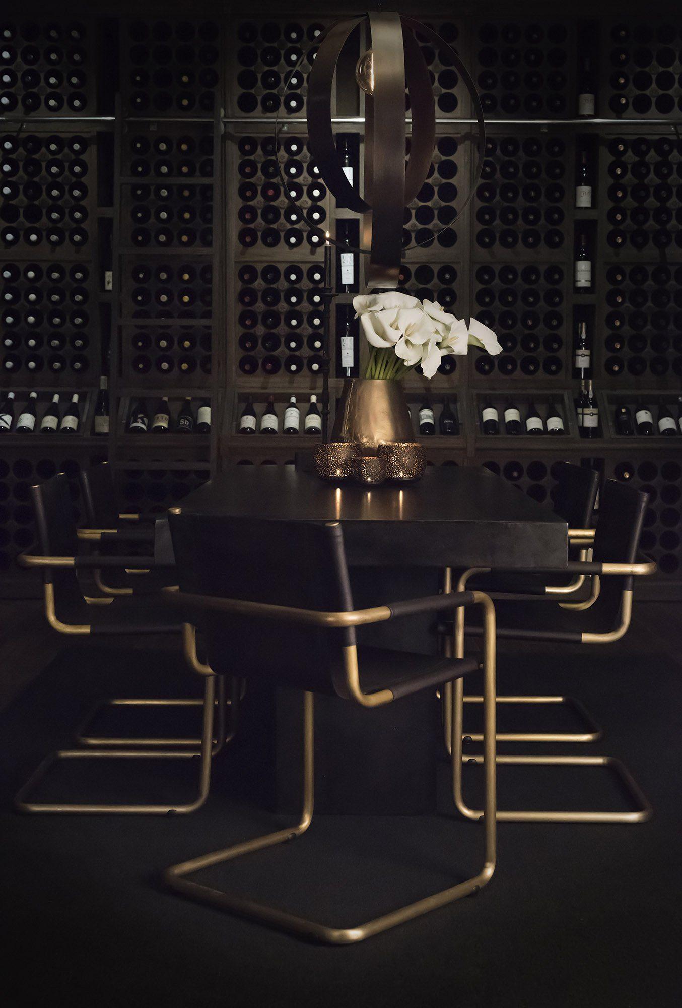 Matgrupp med Gianni stolar, Campos betongbord i svart och taklampan Circulo.
