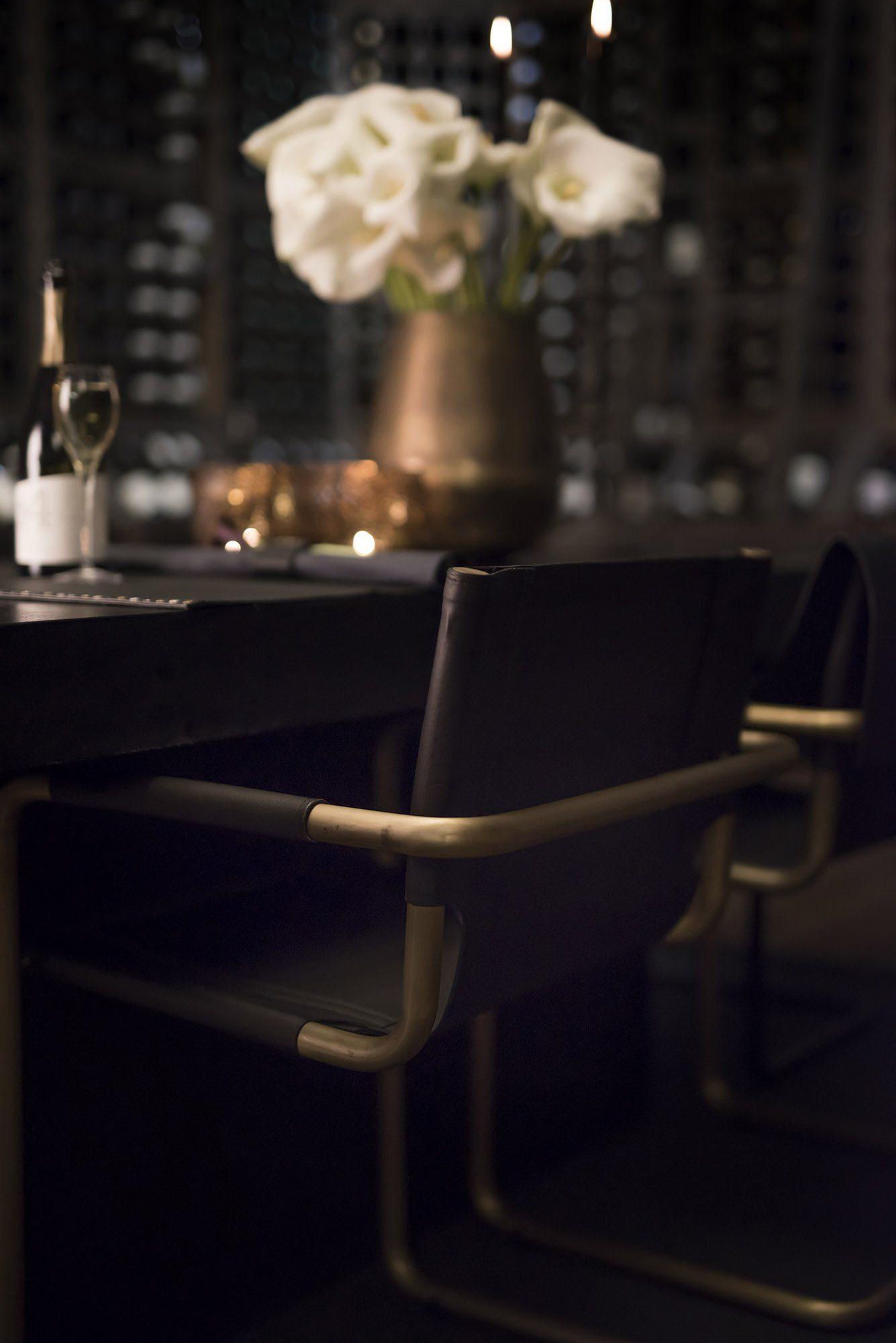 Gianni stol vid ett Campos matbord i svart.