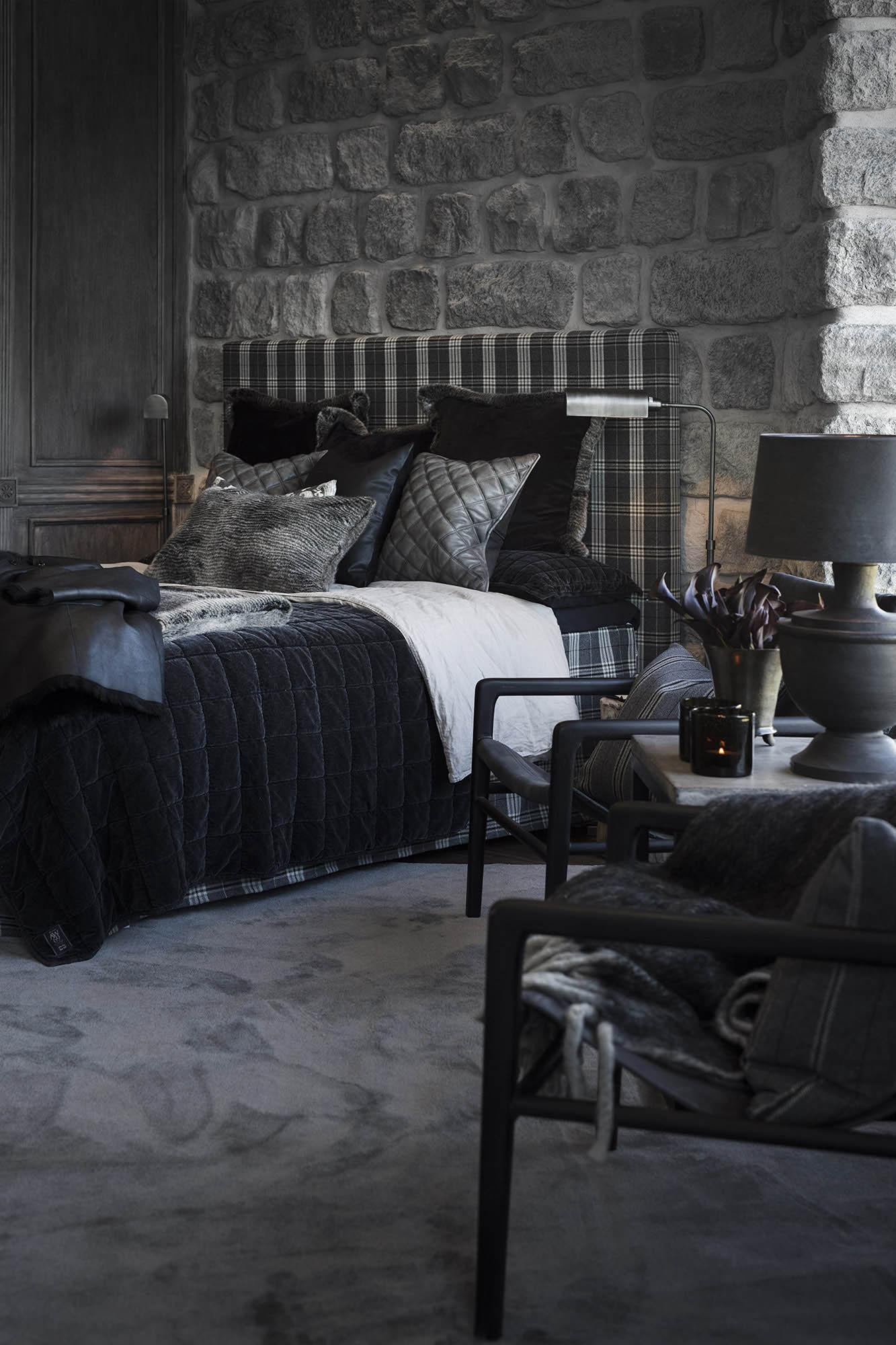 Säng med Dublin sänggavel i rutigt tyg och harper svart överkast.