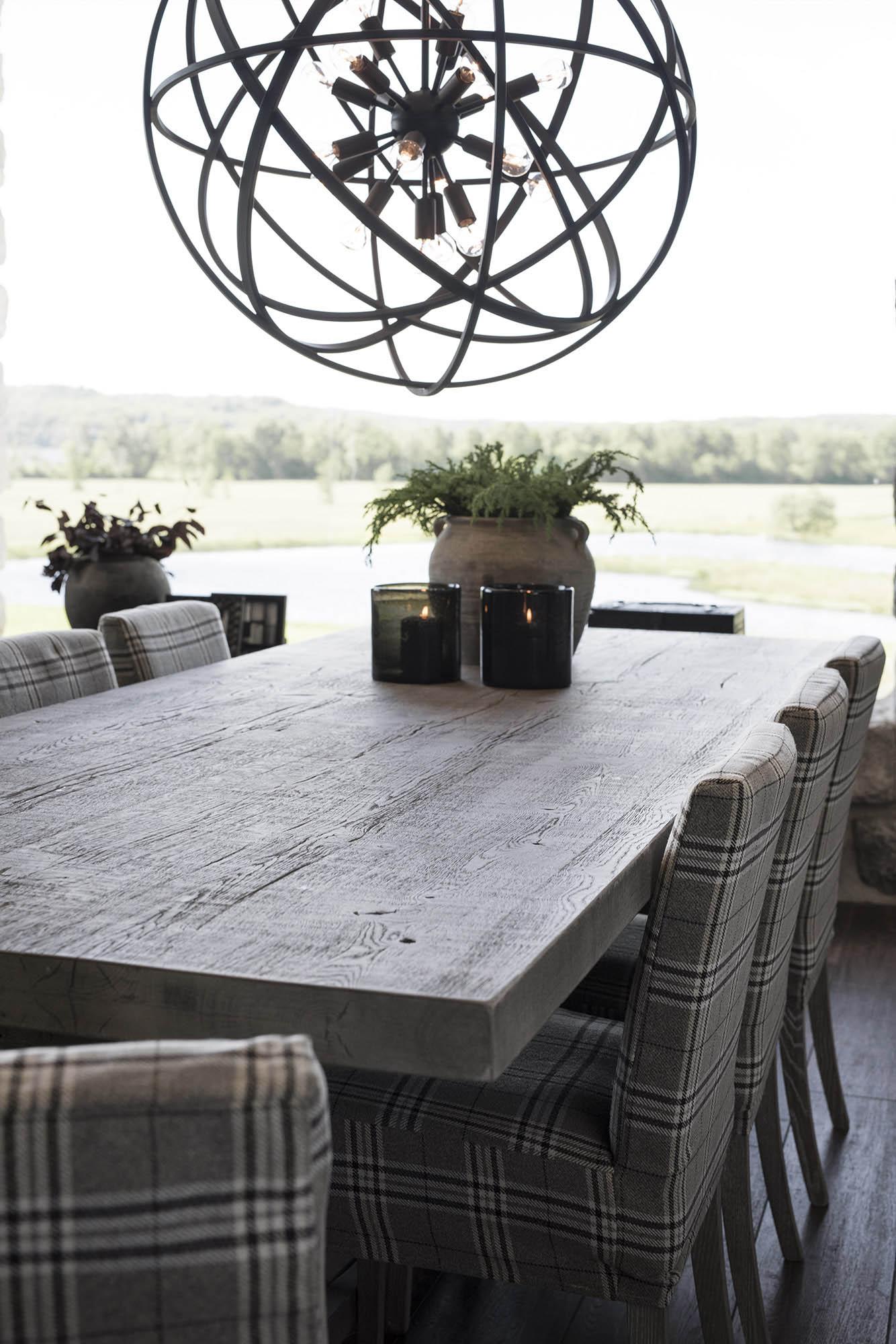 Paris matbord med Bostonstolar och taklampan Nest från Artwood.