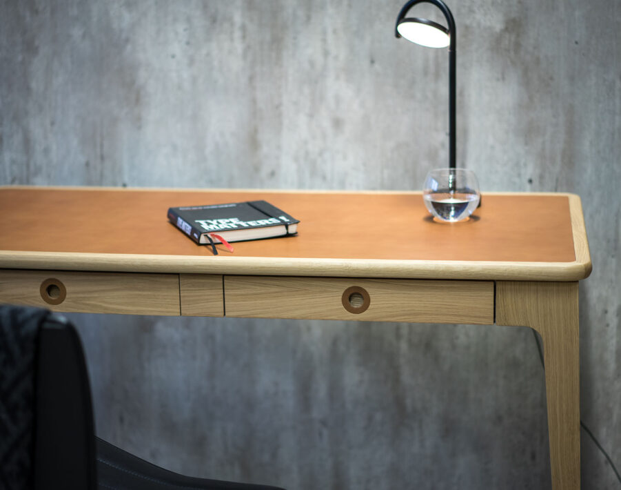 Detaljbild på Höllviken skrivbord i vitpigmenterad ek.