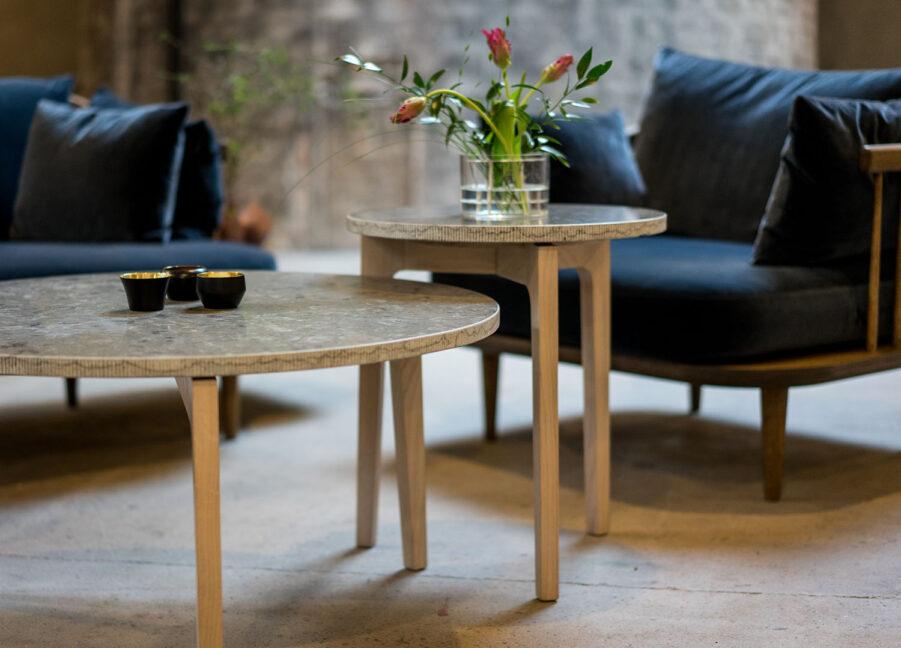 Miljöbild på Höllviken sidobord i vitpigmenterad ek och skiva i kalksten.