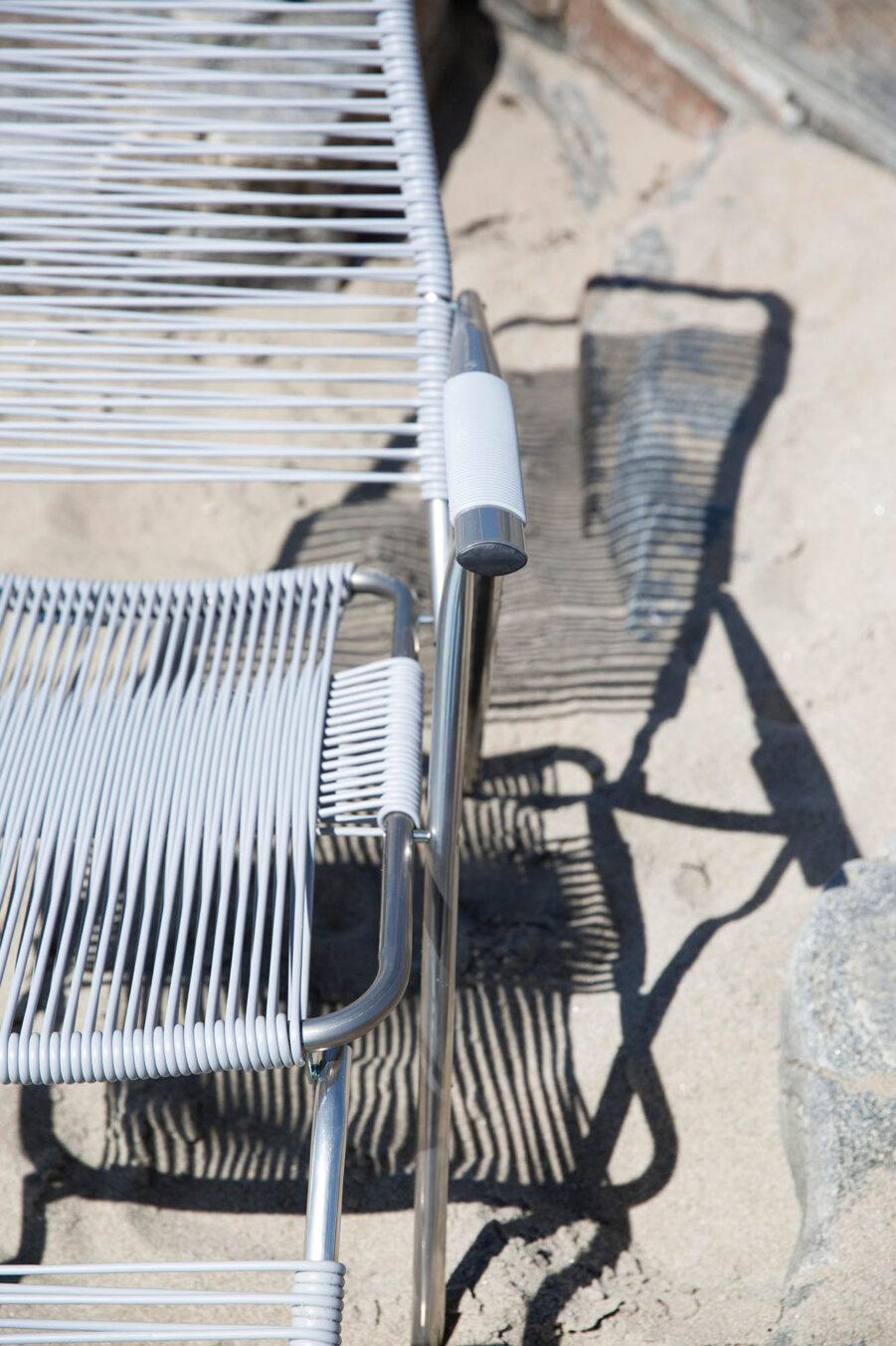Miljöbild på Spaghetti solstol i grått.