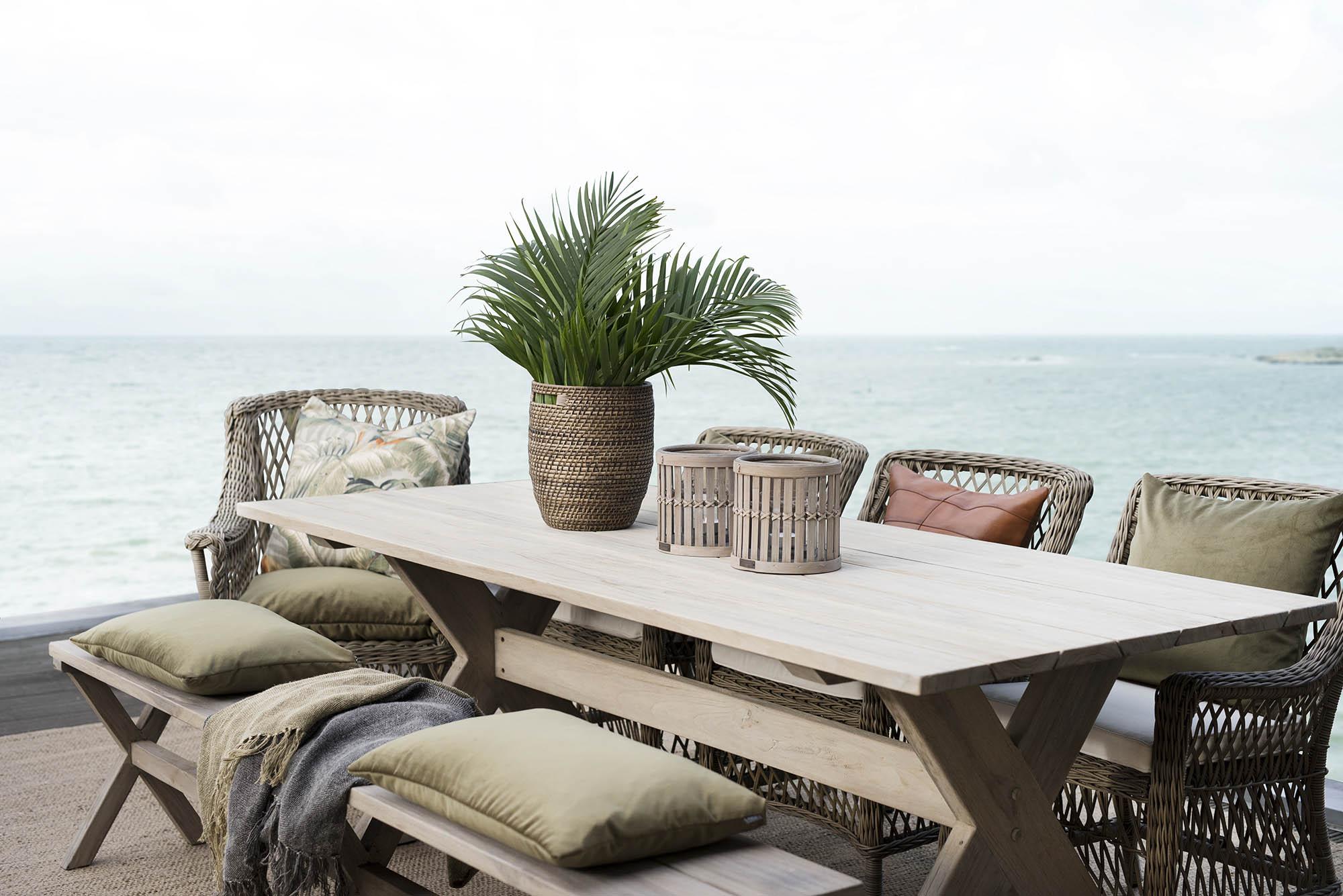 miljöbild på matbrupp från Artwood med konstrottingstolarna Marbella och teakmöblerna Cross.