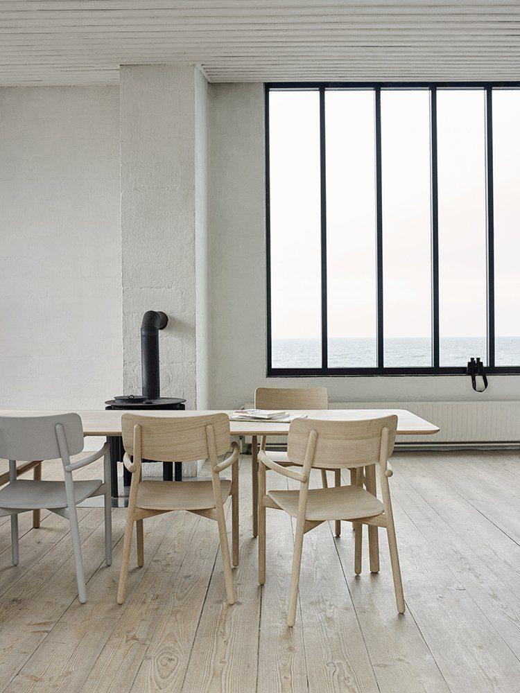 Hven matbord 260 cm långt från Skagerak tillsammans med karmstolar i samma kollektion.