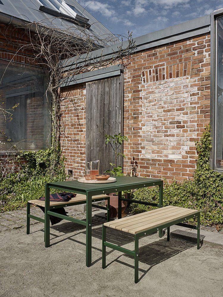 Reform grupp med bord i aluminium och bänkar i aluminium och teak från Skagerak.