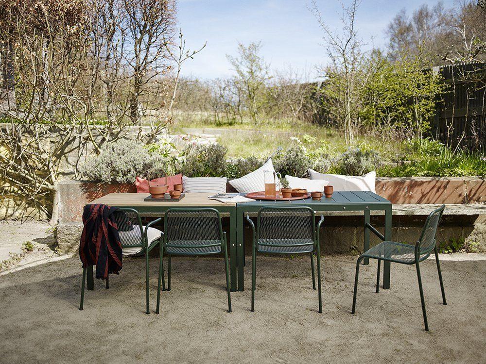 Miljöbild på Reform bord i aluminium och teak med Mira aluminiumstol från Skagerak.
