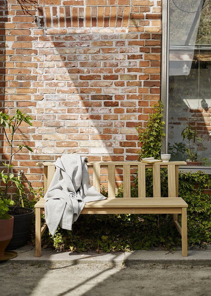 Miljöbild på Plank parksoffa i teak.
