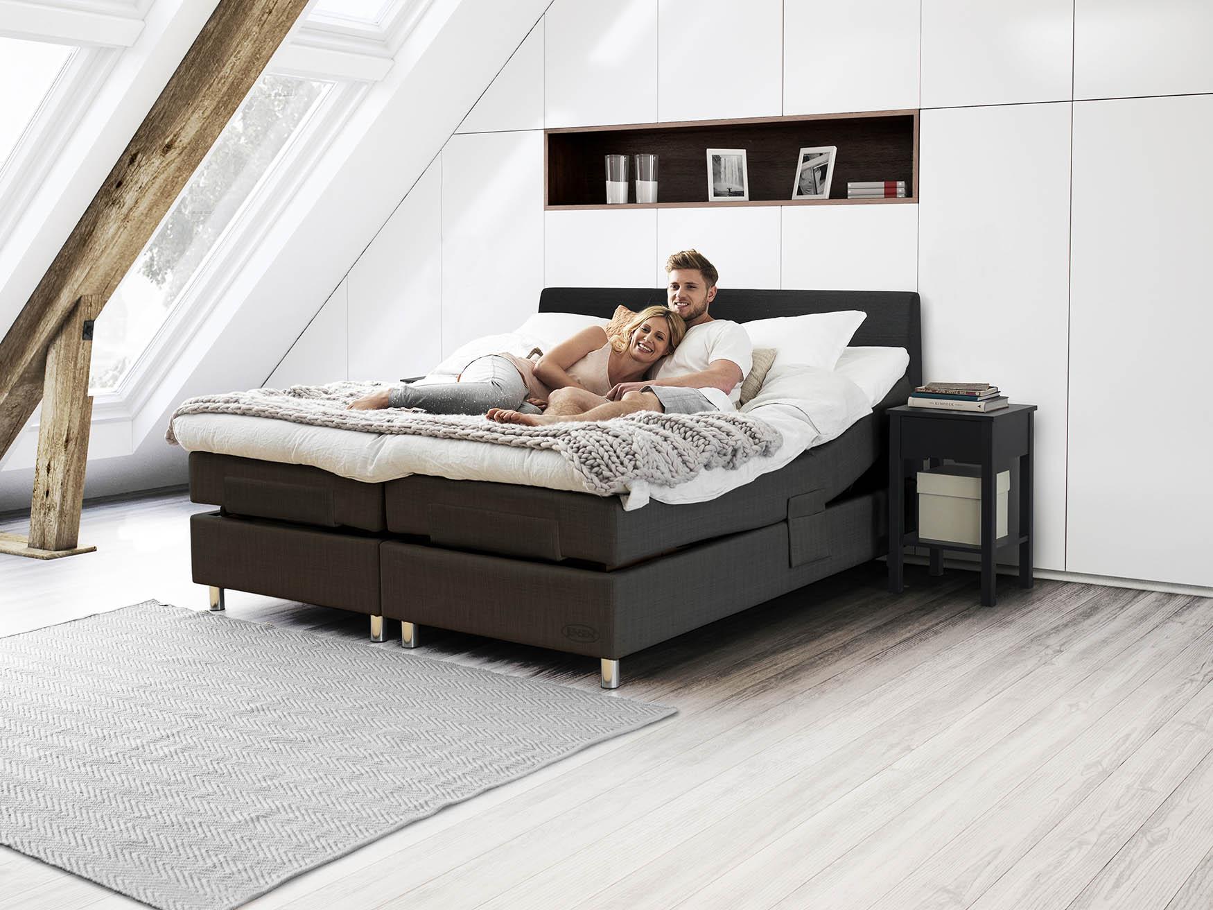 Miljöbild på Aqtive 2 ställbar säng från Jensen, sängbord Plania.