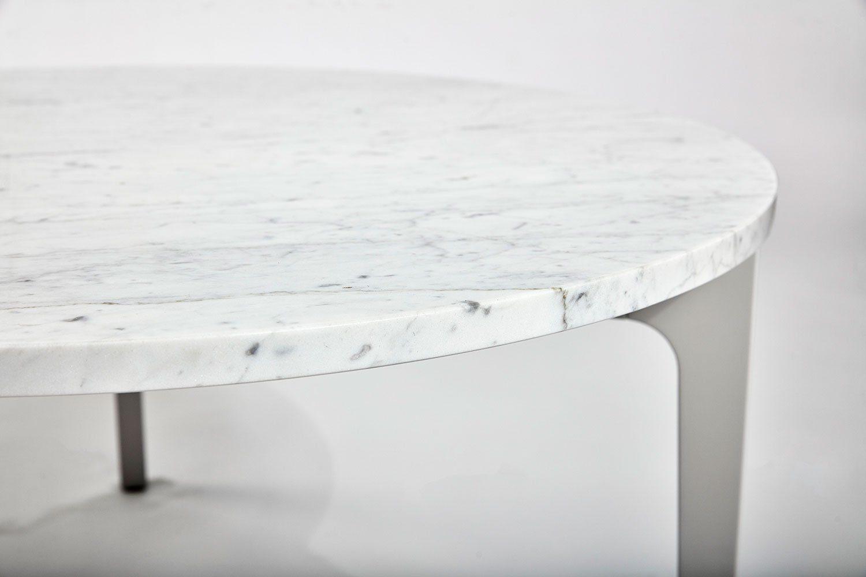 Detaljbild på en marmortopp ovanpå Höllviken bord.