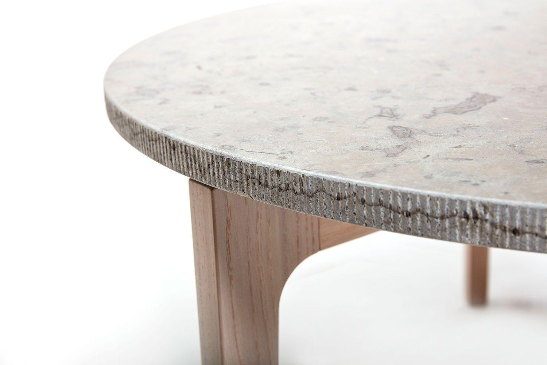 Detaljbild på en kalkstenstopp ovanpå Höllviken bord.