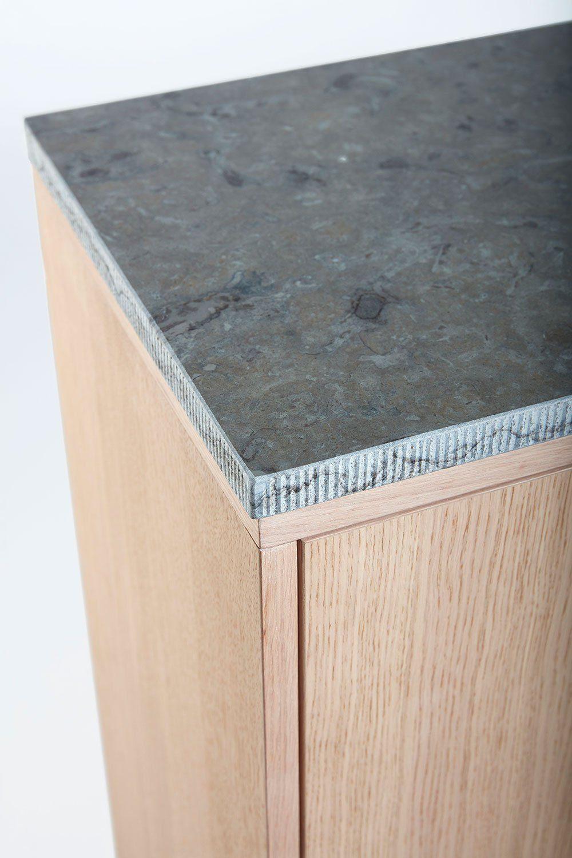Detaljbild på Höllviken skänk i vitpigmenterad ek med kalkstenstopp.