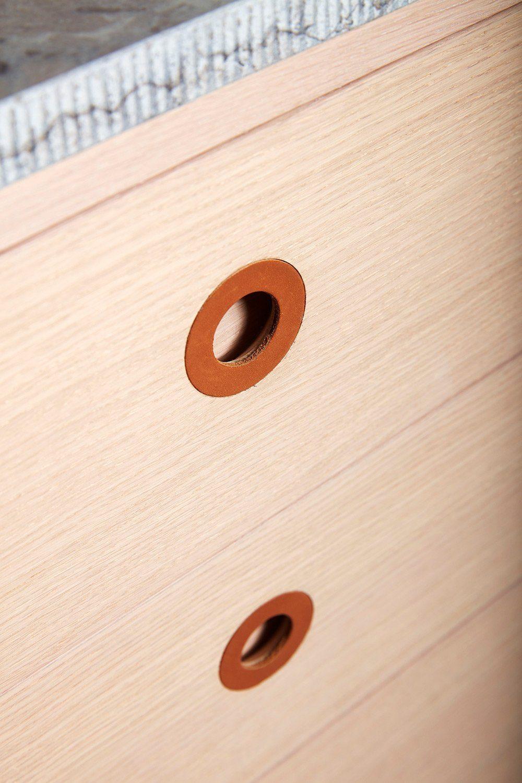 Detaljbild på Höllviken skänk i vitpigmenterad ek.