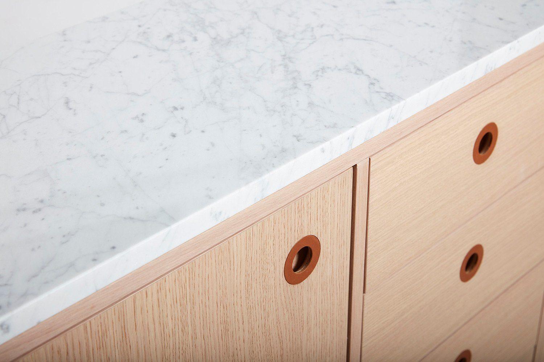 Detaljbild på Höllviken skänk i vitpigmenterad ek med marmortopp.