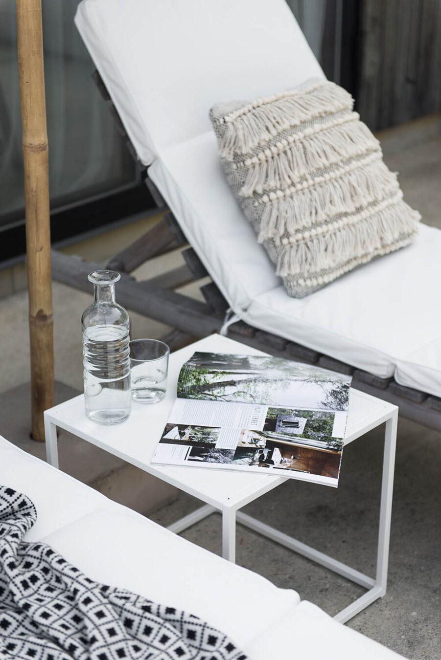 Square litet bord i vit pulverlackad stål från Design Of.