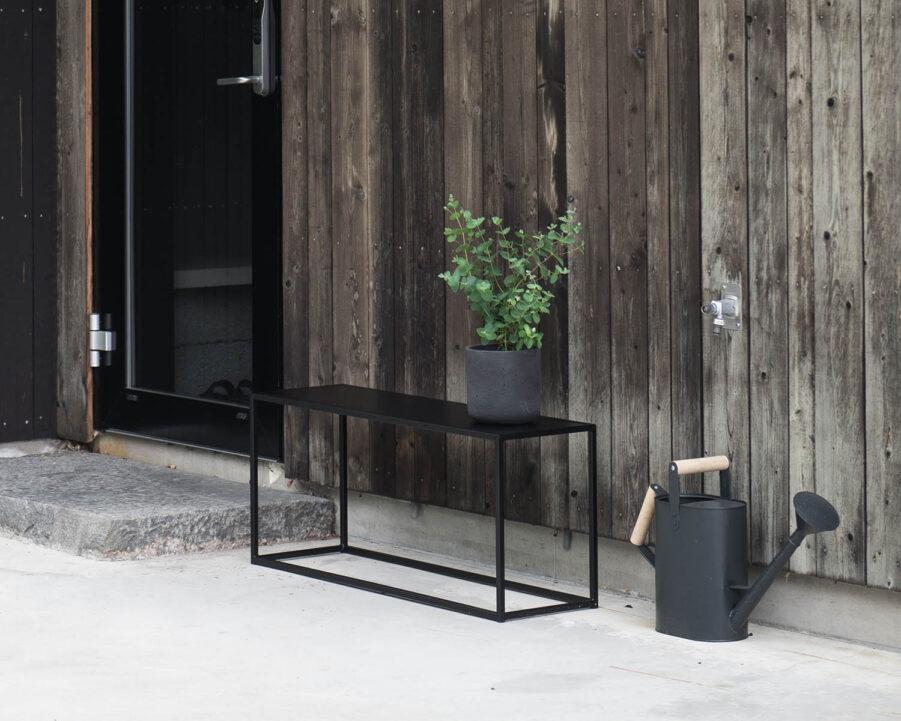 Design of bänk i svart.
