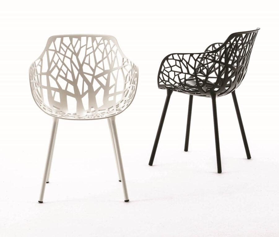 Bild på karmstolen Forest i två färger.