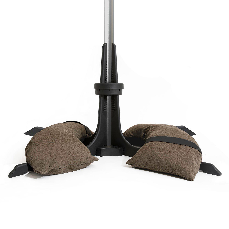 Baser parasollfot med mörkbruna sandsäckar som väger 50 kg.