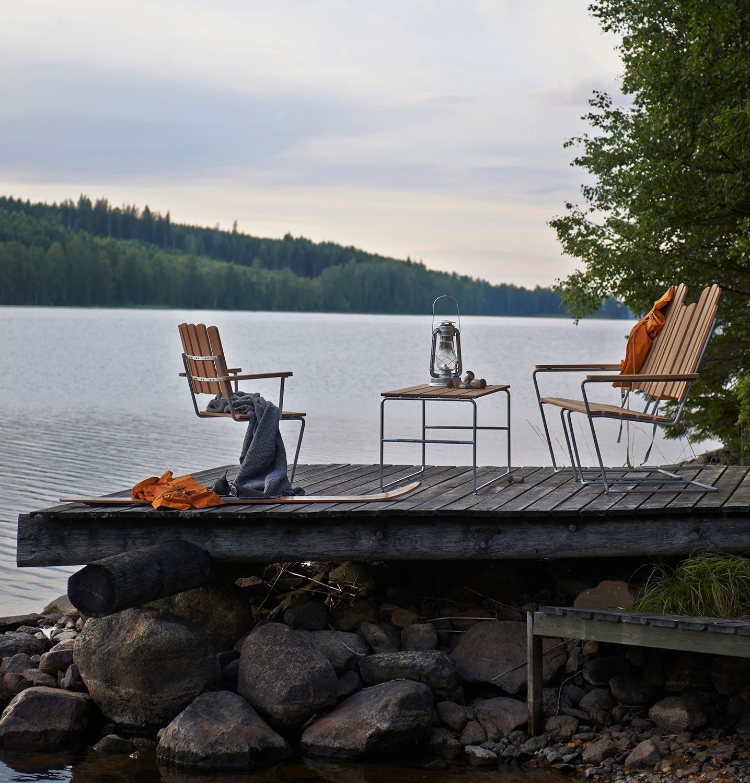 A3 soffa, A3 solstol och L110 soffbord i oljad ek med galvaniserat stativ från Grythyttan Stålmöbler.
