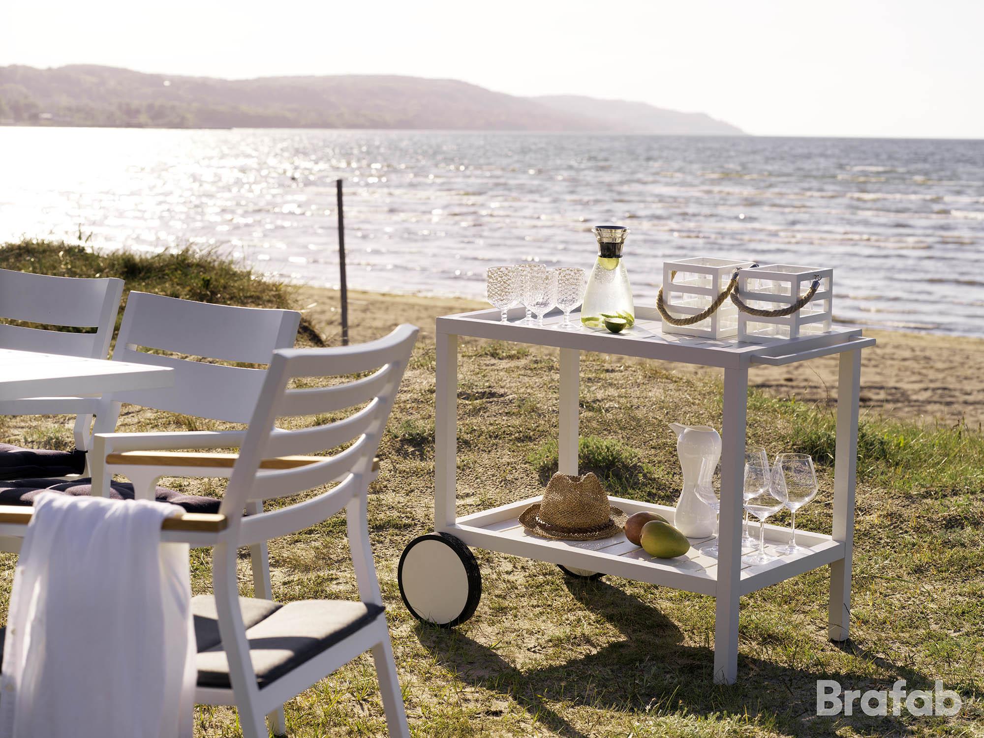 Miljöbild på en vit serveringsvagn från Brafab, tillverkad i aluminium och matchar möbelserien Belfort.
