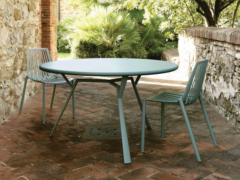 Rion stolar från Fast Design i en miljöbild.