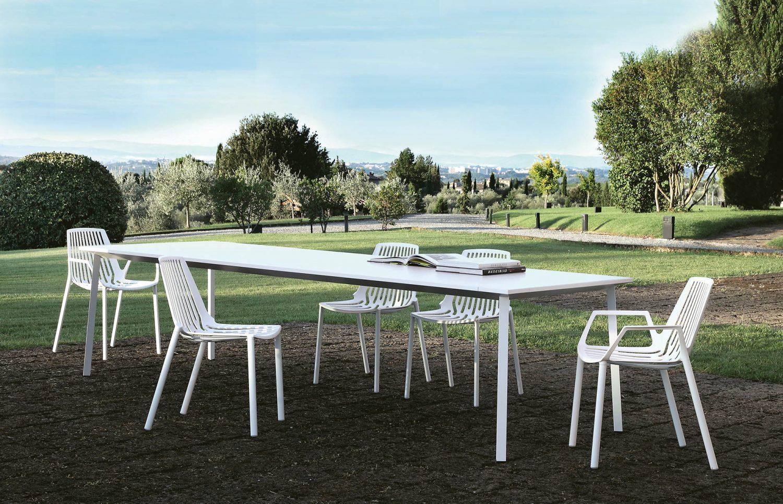 Rion stolar och bord från Fast i aluminium.
