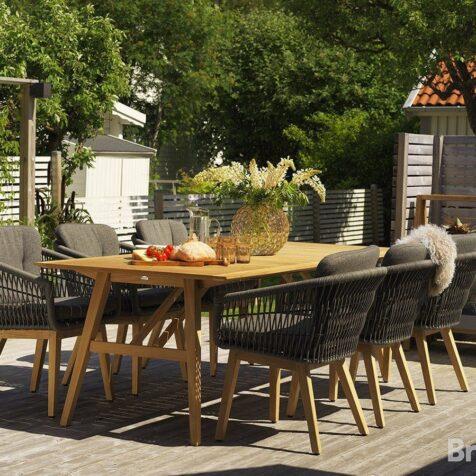 Miljöbild på trädgårdsmöbler från Brafab,, matbordet i teak heter CHios och karmstolen till heter Kenton.