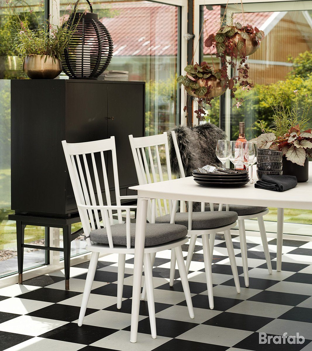 Miljöbild på Alvena karmstol i vitt med aluminiumbordet Grandby från Brafab.
