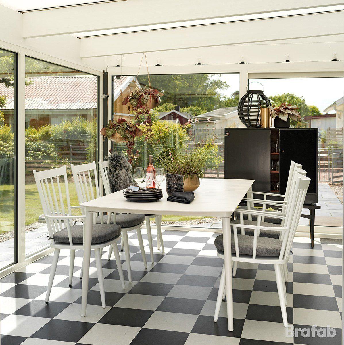 Miljöbild på utemöblerna Alvena och Grandby i vitlackerad aluminium från Brafab.