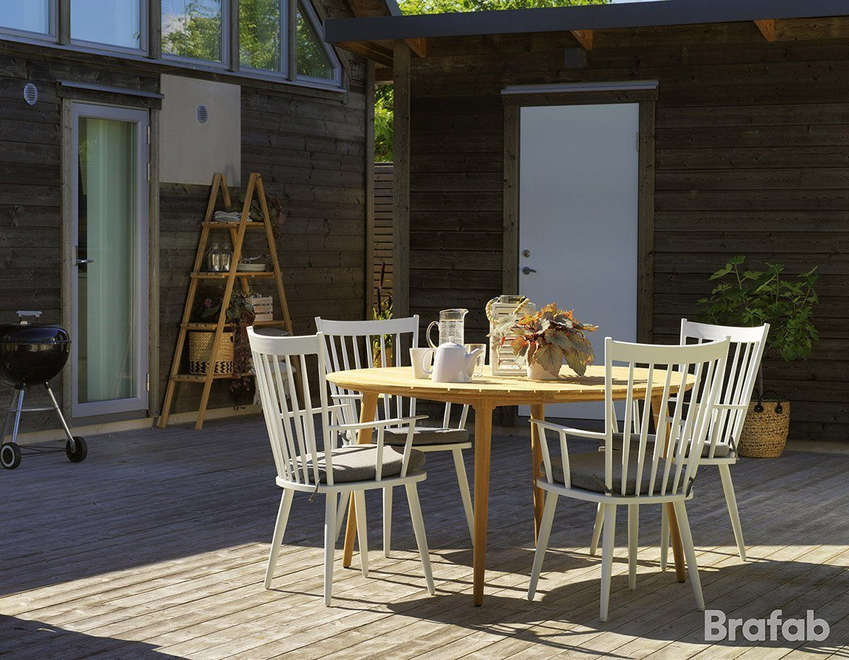 Miljöbild på bordet Rodena i teak tillsammans med klassiska Alvenastolar i aluminium.
