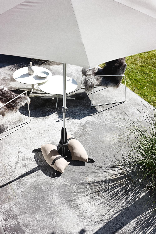 Parasollfot från Plinthit med taupefärgade sandsäckar.