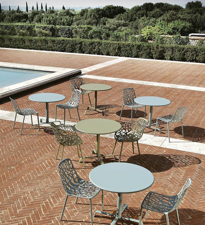 Miljöbild på stolar och bord i serien Forest från Fast Design.