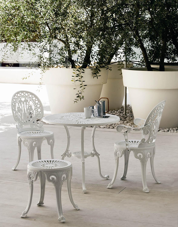 Miljöbild på Narcisi stolar tillsammans med bord och pall.