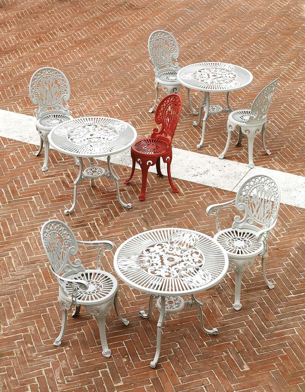 Miljöbild på tre uppsättningar Narcisi stolar och bord.