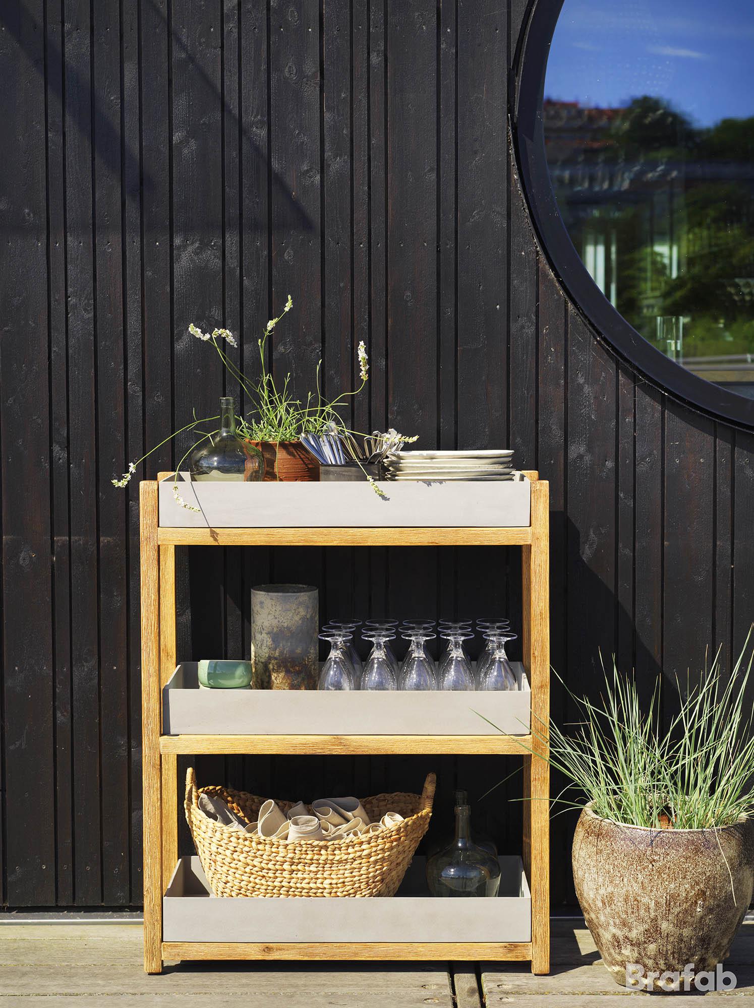 Miljöbild av Woodford hylla tillverkad i akacia med hyllor av fiberbetong från Brafab.