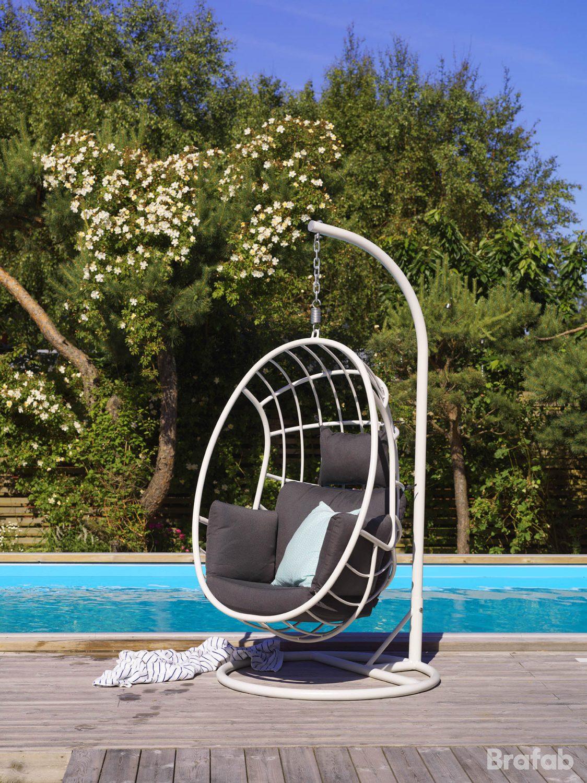 Miljöbild på Palo hänggunga i aluminium med dynor vid pool.