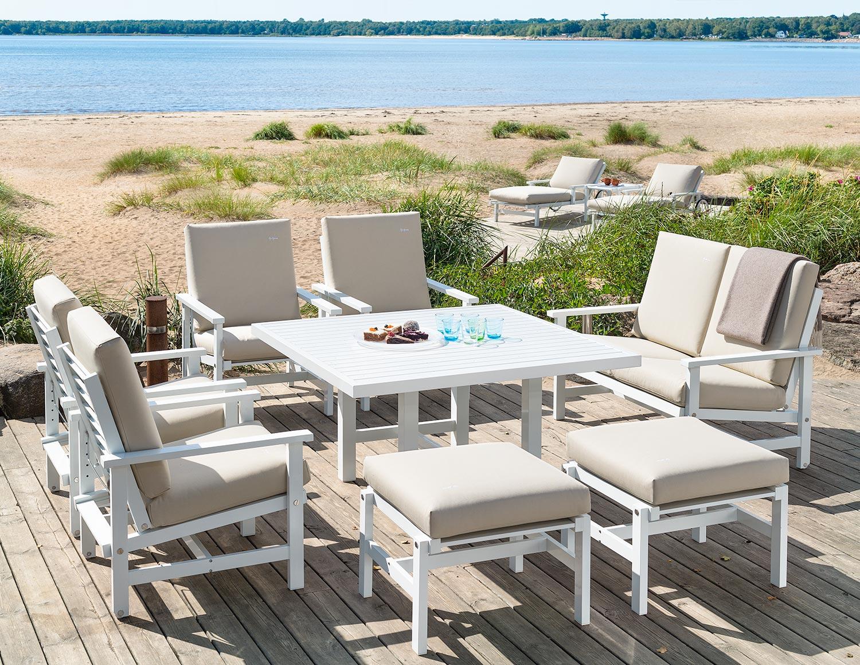 Fri Form möbler i vit aluminium med beigea allvädersdynor.