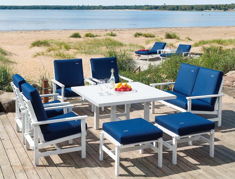 Fri Form möbler i vit aluminium med blåa allvädersdynor.