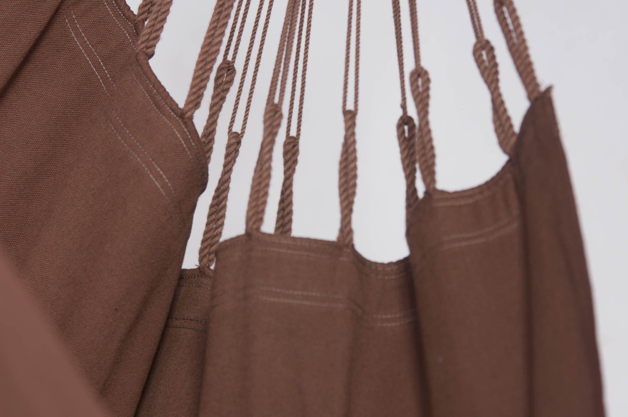 Detaljbild på hänggungan Modesta i färgen Arabica.